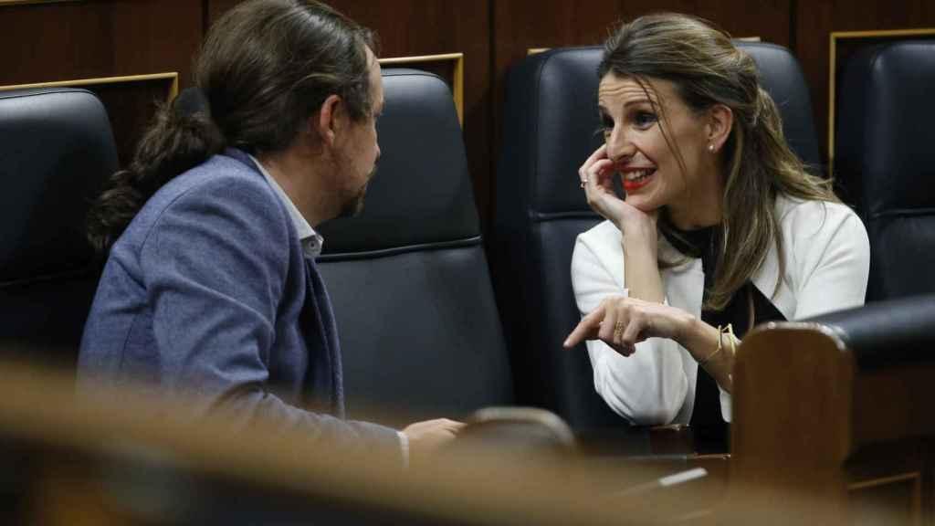 La ministra de Trabajo, Yolanda Díaz, habla con el vicepresidente de Derechos Sociales y para la Agenda 2030, Pablo Iglesias.
