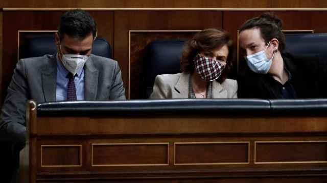 Pedro Sánchez, Carmen Calvo y Pablo Iglesias en el Pleno de aprobación de los Presupuestos.