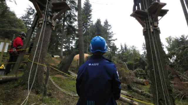 Un técnico de Aspy Global supervisa una formación en riesgos laborales.