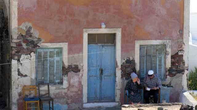 Ancianos en la puerta de su casa.
