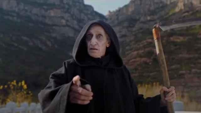 El actor Quique San Francisco interpretando a la muerte en un fotograma del anuncio.