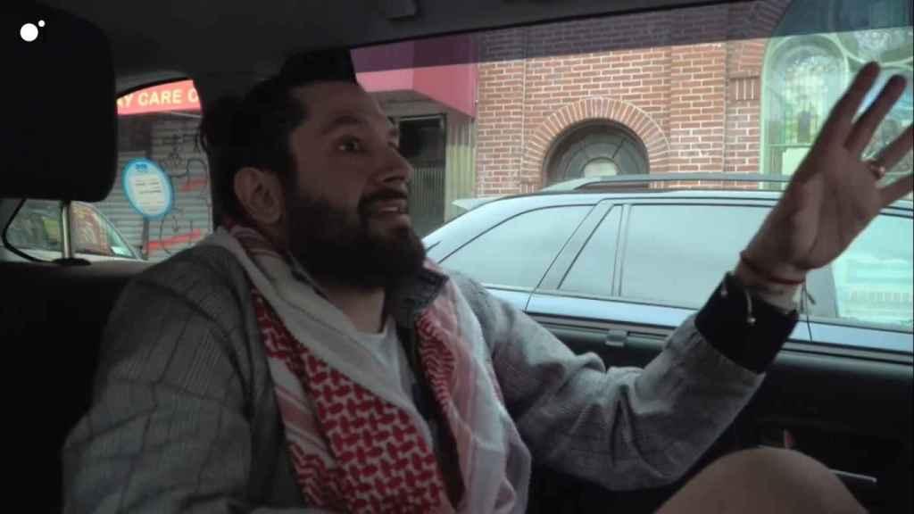 Rafael Amargo contando al cámara de 'Callejeros Viajeros' su anécdota con la Policía.