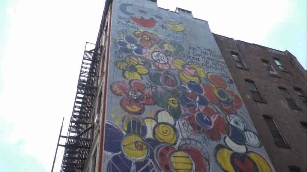 El mural pintado en Nueva York por Domingo Zapata en el que se lee el poema que pintó con brocha Amargo.