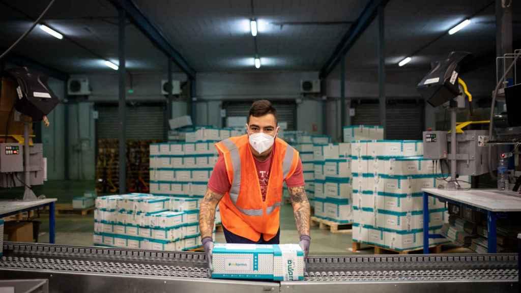 Un trabajador de Mifarma durante su jornada laboral.