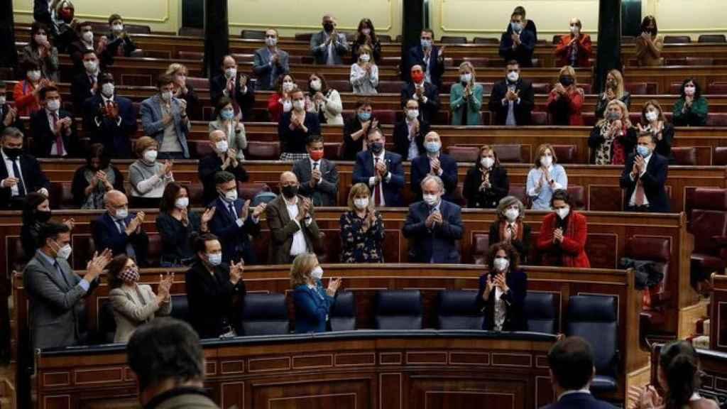 La ministra de Hacienda, María Jesús Montero, aplaudida en el Congreso tras la aprobación de los PGE, el pasado jueves.
