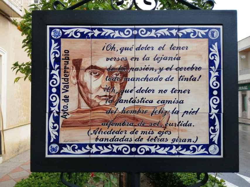 El Ayuntamiento de Valderrubio tiene encuadradas en la ciudad marquesinas con poemas de Lorca.