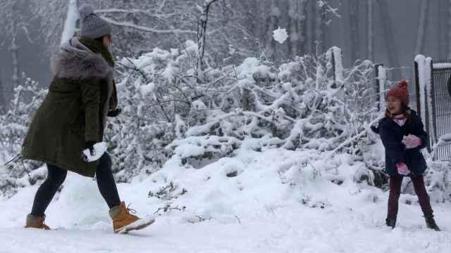Una niña y su madre juegan con la nieve tras una copiosa nevada este viernes en A Cañiza, Pontevedra.