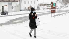Una mujer camina por una calle de Pedrafita, en la montaña de Lugo. EFE/Eliseo Trigo.