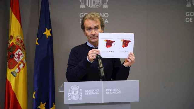Fernando Simón muestra el mapa de incidencia por CCAA. EFE/David Fernández