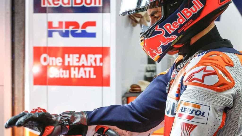 Marc Márquez se sujeta su brazo en el GP de Andalucía en Jerez
