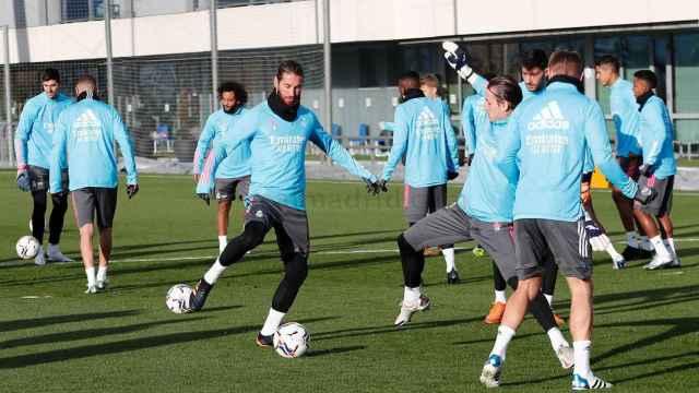 Sergio Ramos en un rondo frente a Lunin