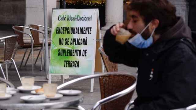 Un hombre toma un café en una terraza este jueves en Valladolid.