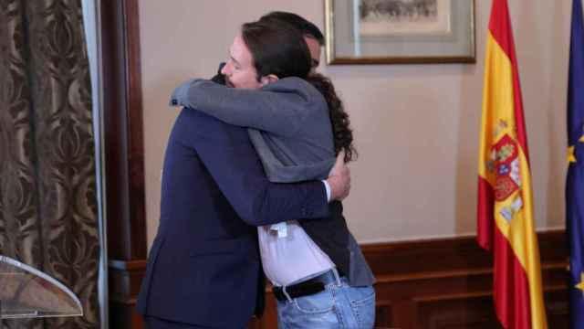 edro Sánchez y Pablo Iglesias se abrazan tras firmar el preacuerdo para el Gobierno de coalición.