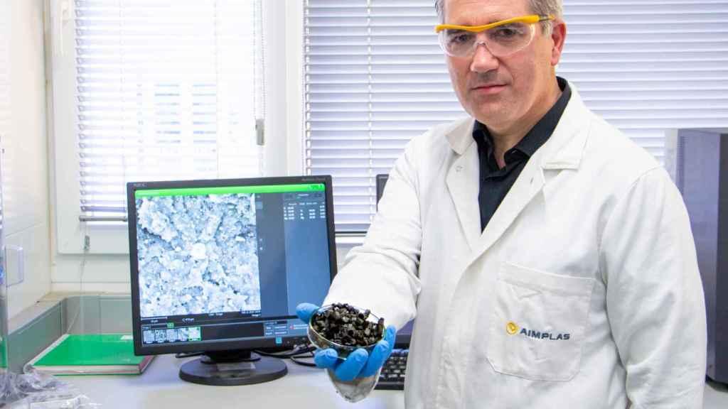 El investigador de Aimplas Adolfo Benedito con una muestra de un nanomaterial que absorbe CO2.