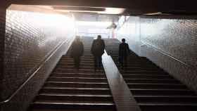 Tres ejecutivos subiendo unas escaleras.