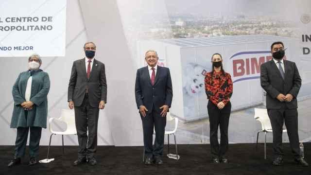 El presidente de México, Andrés Manuel López Obrador; y la jefa de Gobierno de Ciudad de México, Claudia Sheinbaum; durante la inauguración de un centro de distribución de Bimbo en Ciudad de México.