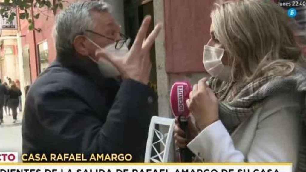 El padre de Rafael Amargo ha perseguido a la reportera para insultarla y llamar a la Policía.
