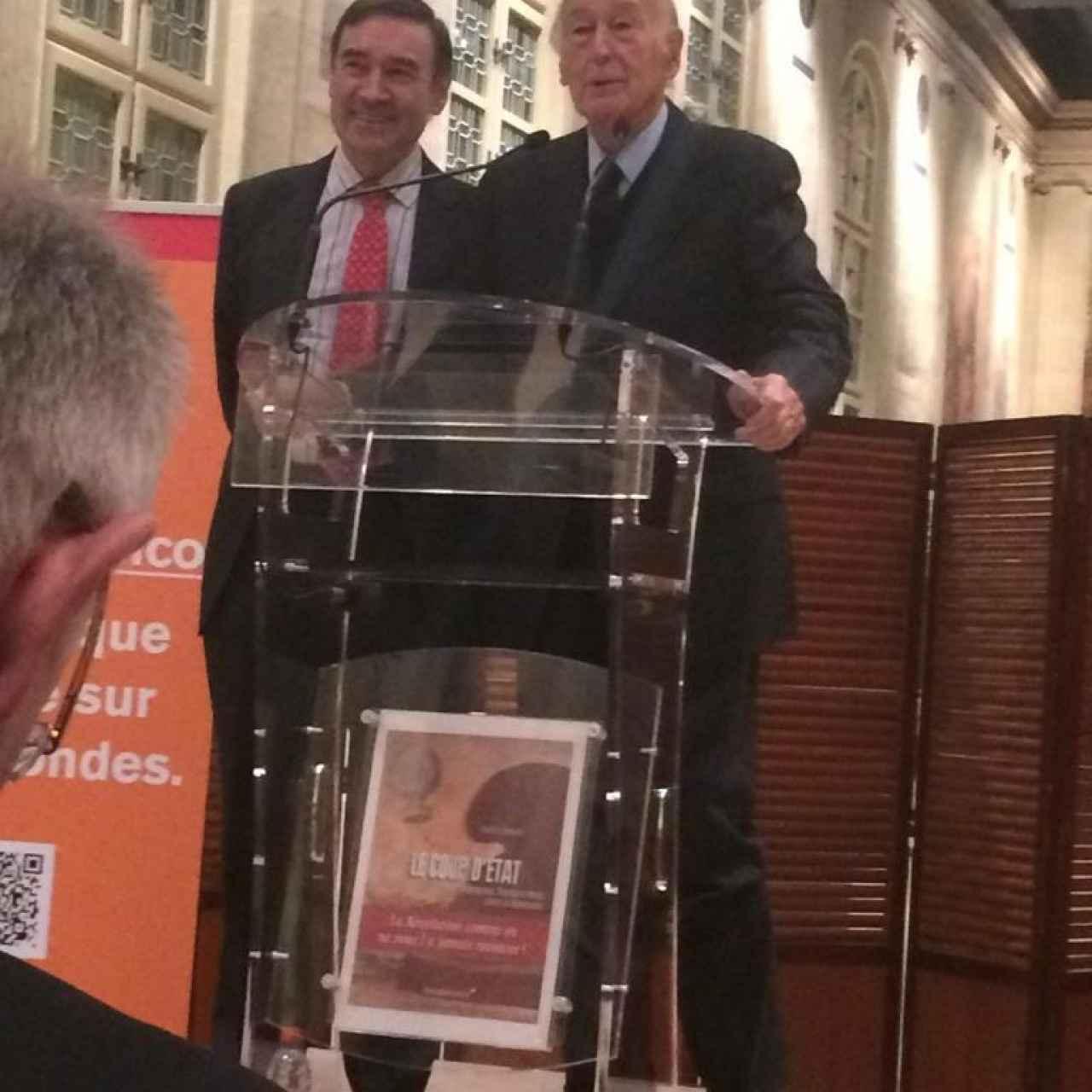 Valery Giscard d'Estaing junto a Pedro J. Ramírez en la presentación del libro 'El primer naufragio' en París.