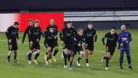 Los jugadores del Barcelona calientan antes del partido frente al Cádiz