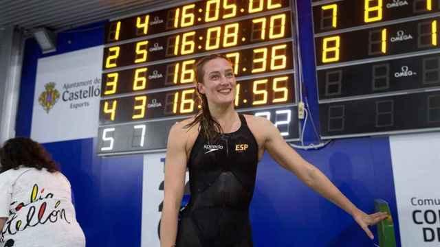 Mireia Belmonte, ante el crono con la marca que le mete en los Juegos Olímpicos