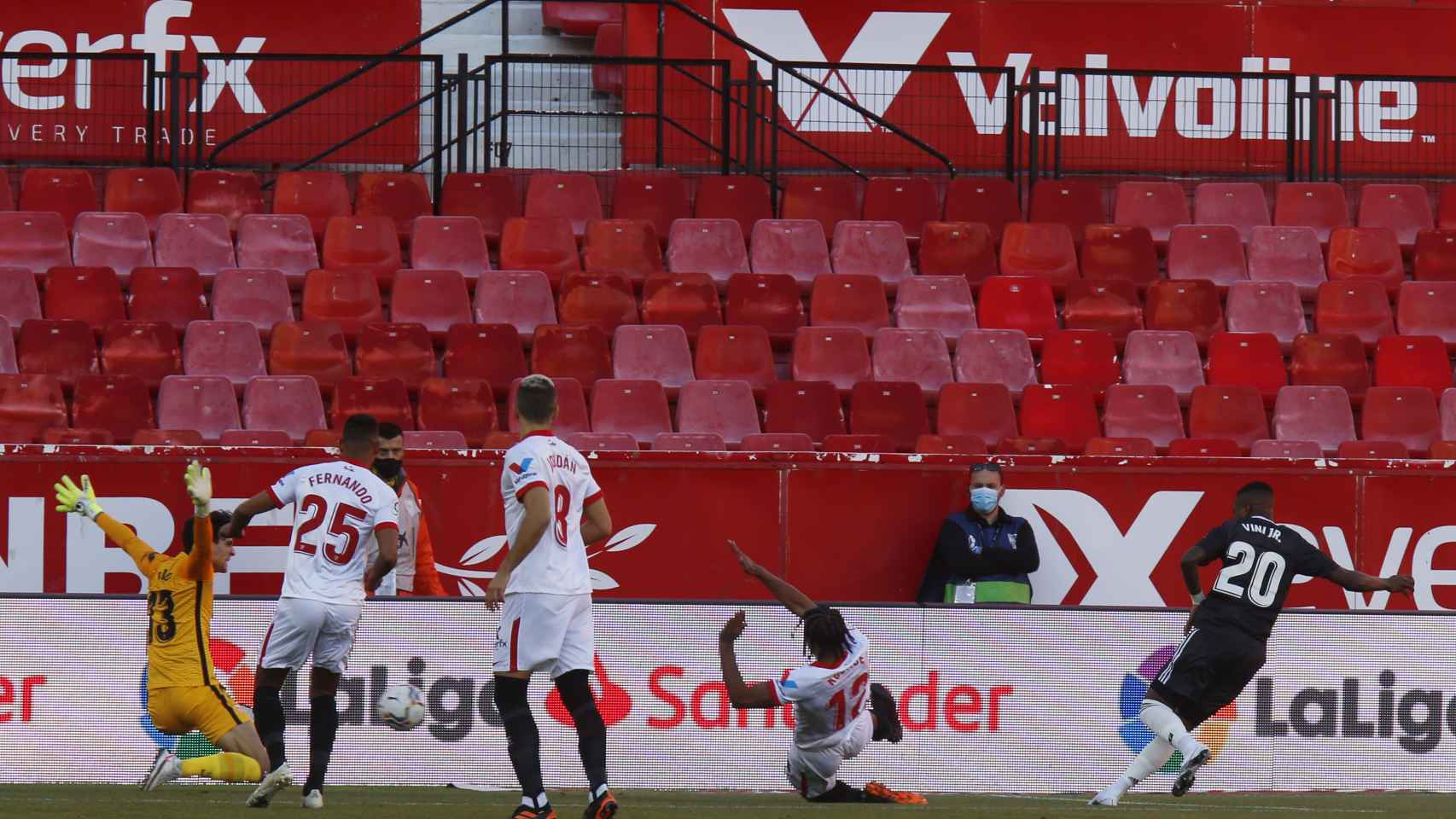 Vinicius dispara ante Bono pero no logra marcar gol