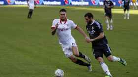 Nacho controla el balón presionado por un jugador del Sevilla