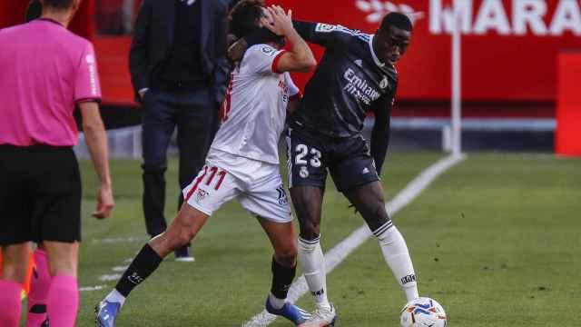 Mendy pelea con Munir por un balón