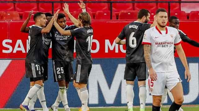 Piña del Real Madrid tras el gol de la victoria ante el Sevilla