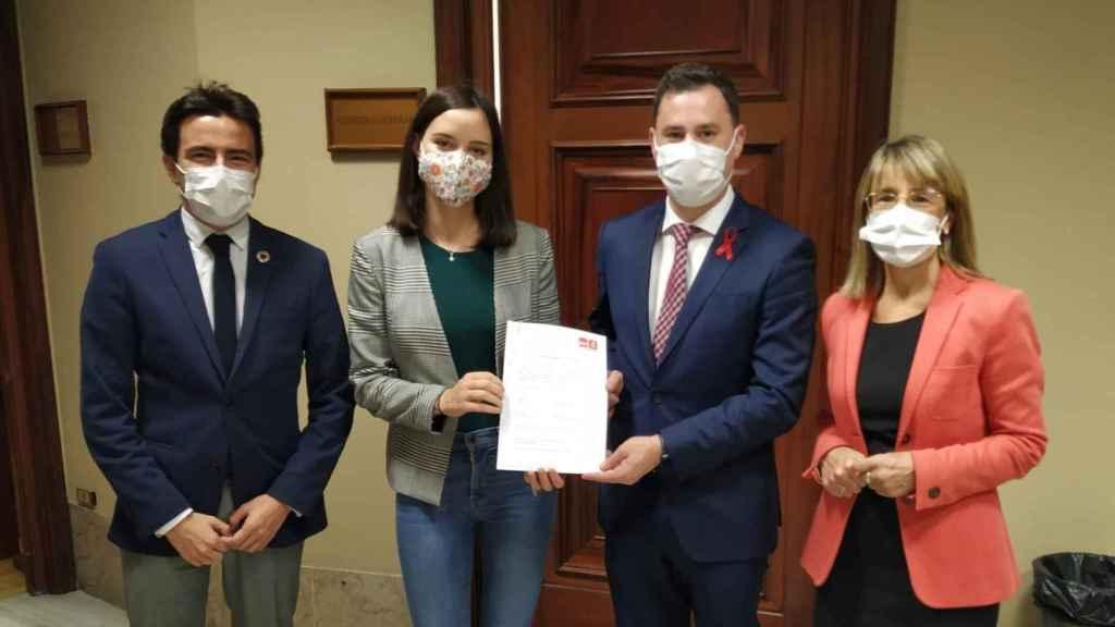 Diputados del Grupo Socialista presentando la iniciativa.