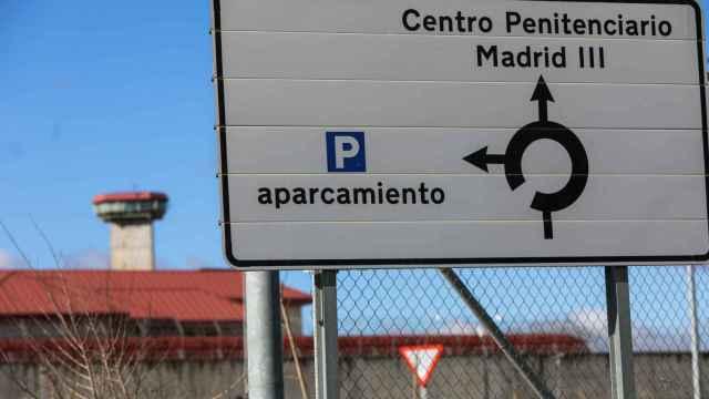 Un cartel indica la dirección a la entrada de la Cárcel de Valdemoro.