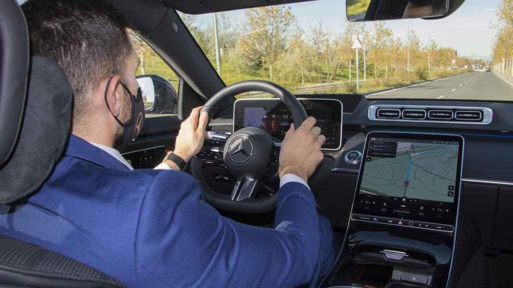 Nuestro conductor, al volante del Mercedes Clase S.