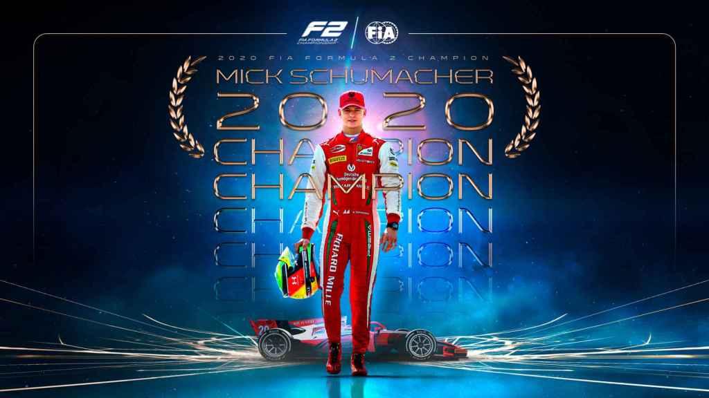 Mick Schumacher y el cartel por su campeonato de F2