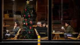 Varias personas toman café en una cafetería del centro de Barcelona, este viernes.