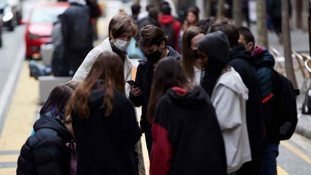 Varios jóvenes conversan en una calle de Barcelona este viernes.