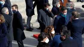 Sánchez charla con Feijóo y da la espalda a Casado.
