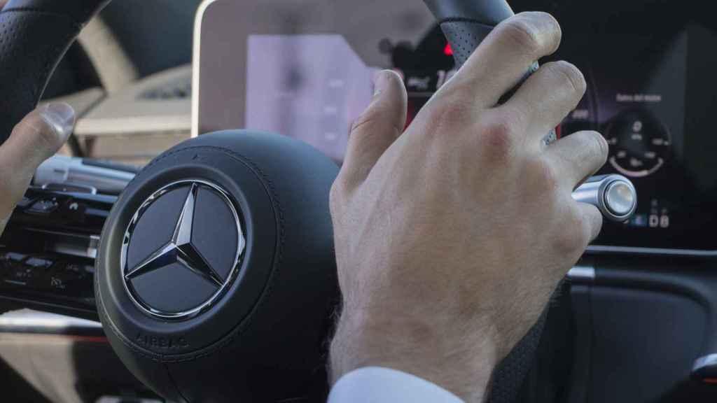 Al volante del Mercedes Clase S.