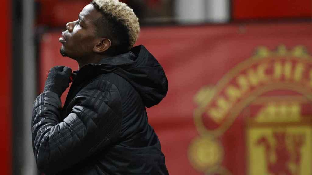 Paul Pogba y el escudo del Manchester United