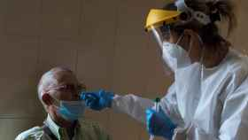 Una enfermera realiza de una prueba PCR en el Complejo Hospitalario Universitario de Ourense (CHUO).