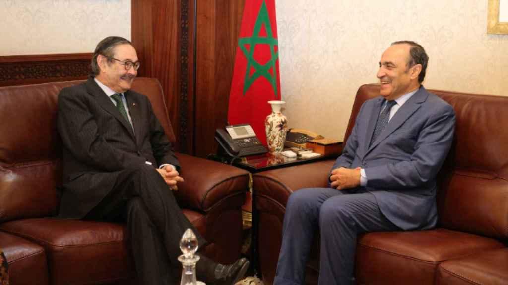 El embajador de España en Marruecos, Ricardo Díez-Hochleitner, con el presidente de la Cámara del país vecino.