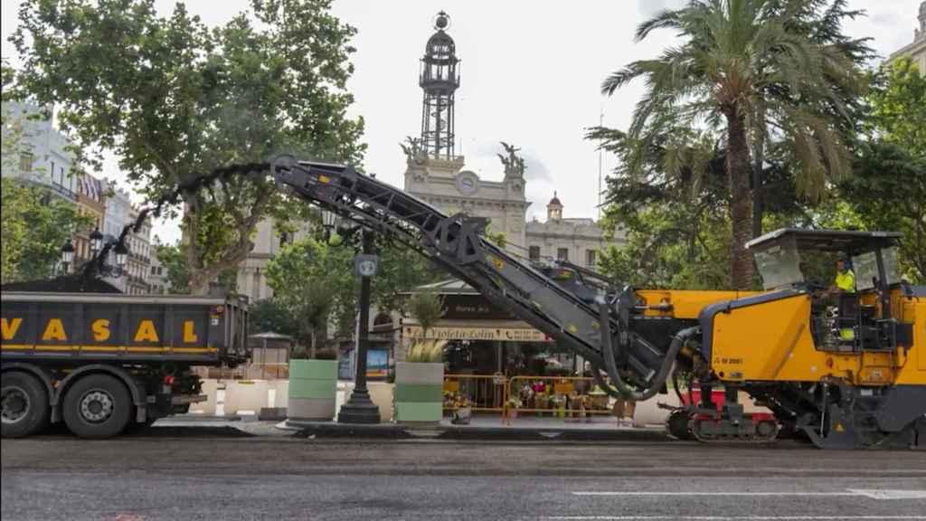 Trabajos de reasfaltado de la plaza del Ayuntamiento de Valencia.