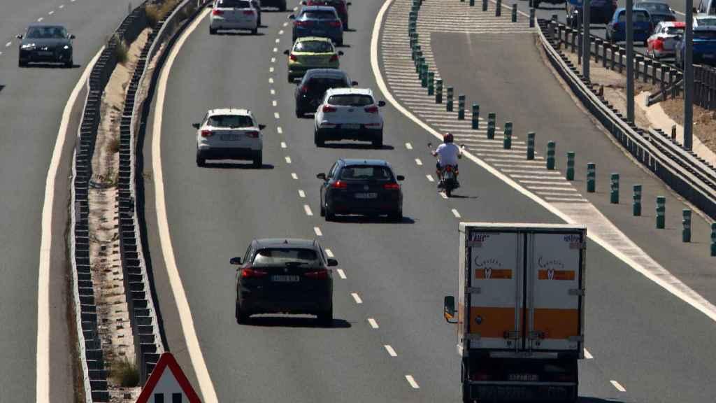 Algunos coches circulando por el carril izquierdo de una autovía.