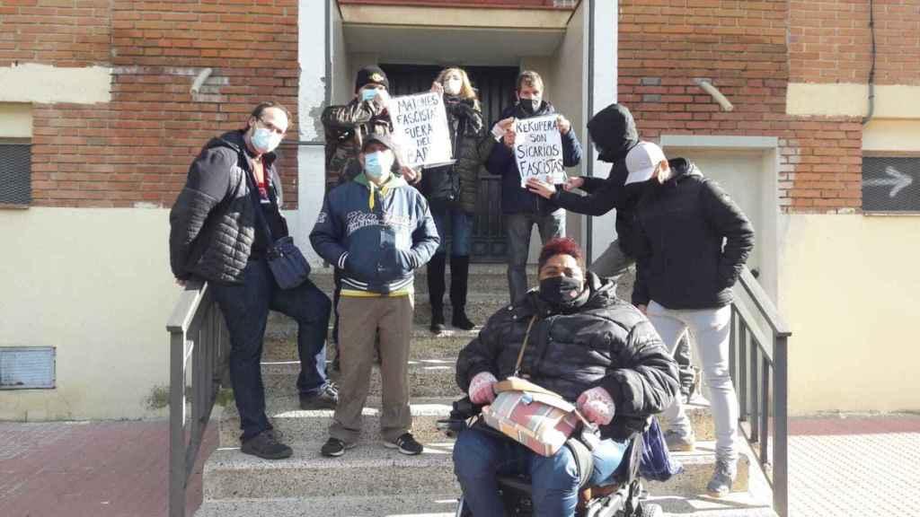 Varios miembros de una asociación antidesahucios, en la entrada del edificio.