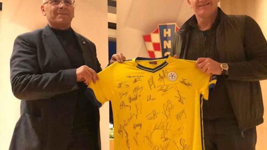 Agim Ademi, presidente de la Federación de Kosovo, con Suker, homólogo croata