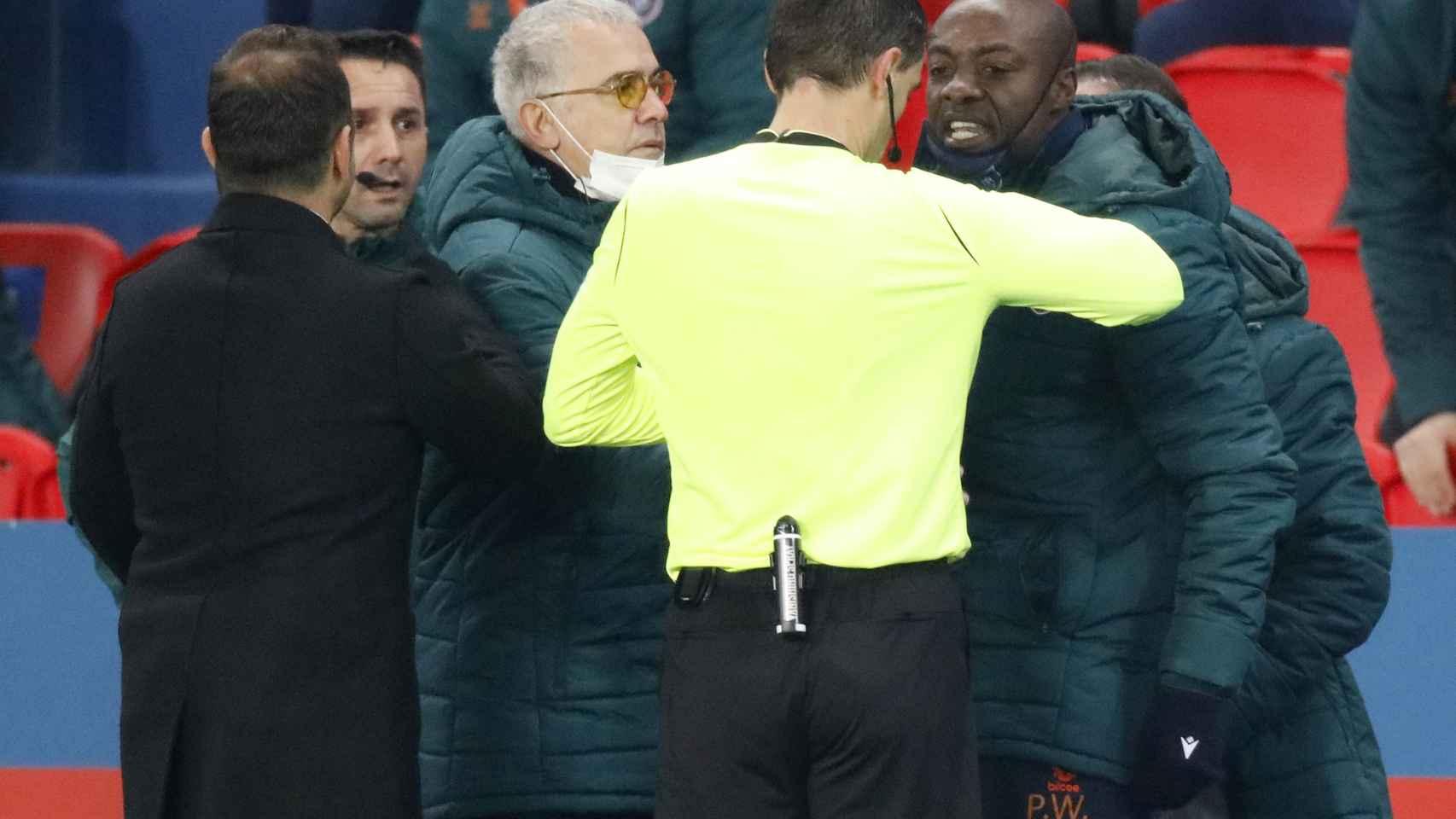 Las imágenes del comentario racista del árbitro que obligó a suspender el PSG-Basaksehir