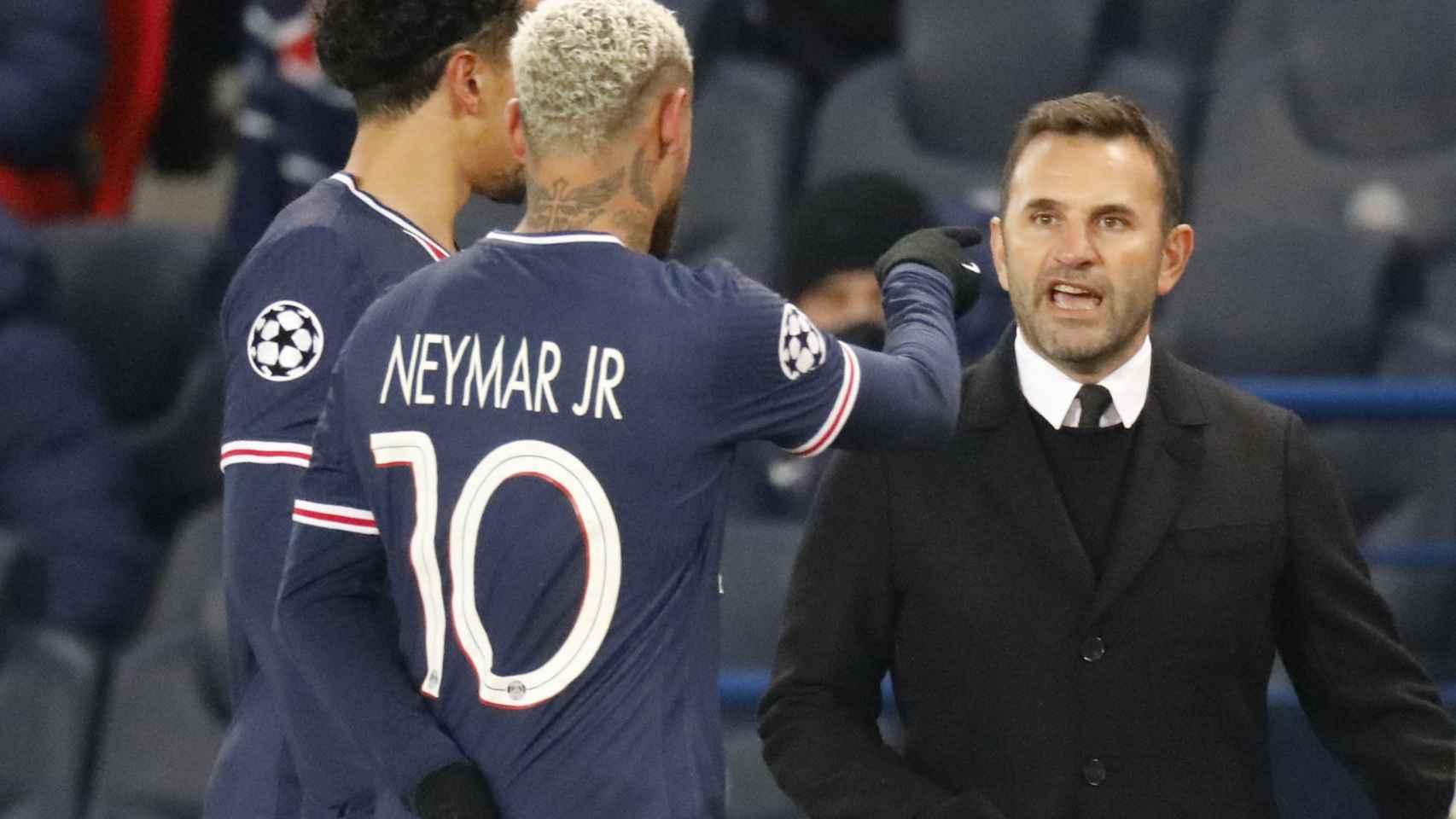 Neymar observando la tangana antes de retirarse