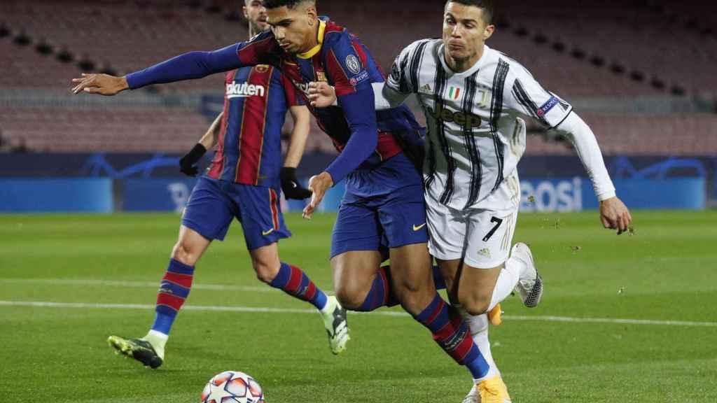 Contacto entre Araujo y Cristiano Ronaldo por el que pitaron penalti