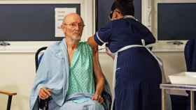 William Shakespeare, de 81 años, segunda persona en recibir la vacuna de Pfizer contra la Covid-19.