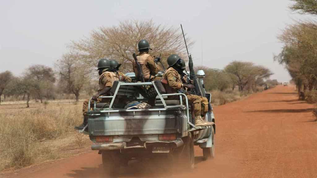 Patrulla armada en el Sahel.