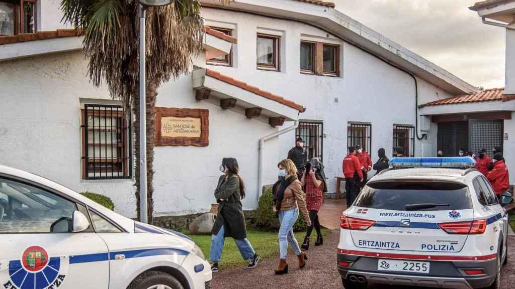 Varios asistentes se marchan tras ser identificados este martes por agentes de la Ertzaintza.