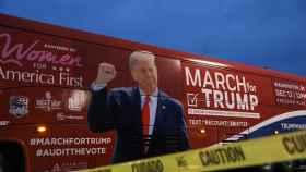 Un autobús con la imagen de Donald Trump, en un evento en Michigan.